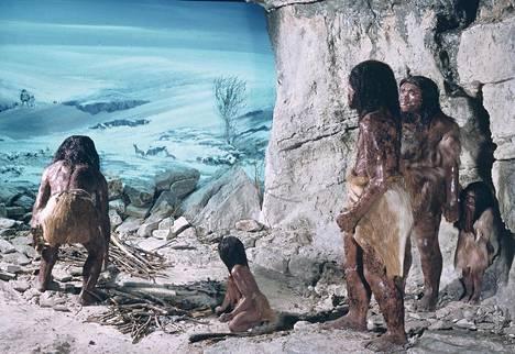Taiteilijan näkemys neandertalien perheestä luolassa. Euroopassa, Aasiassa sekä Pohjois- ja Etelä-Amerikassa elävillä ihmisillä on muutama prosentti neandertalinihmisen perimää.