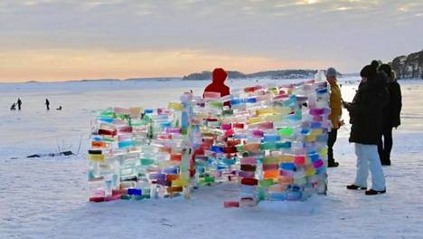 Rasmus Räsänen putosi hiihtolenkillään jäihin ja hukkui maaliskuun alussa. Hänen muistoaan kunnioitettiin muun muassa Lauttasaaren rannan jäätiilistä tehdyn rakennelman luokse viedyillä hautakynttilöillä.