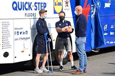 Belgian Remco Evenepoel (vas.) odotti tallinsa työntekijöiden kanssa Belgian pyöräilyn mestaruuskisojen alkamista 22. syyskuuta.
