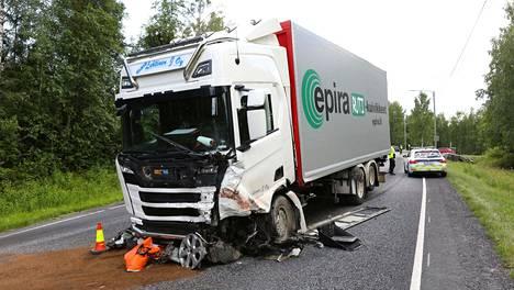 Poliisin mukaan kuorma-auto ajaantui vastaantulijoiden kaistalle ja törmäsi siellä vastaantulleen henkilöauton keulaan.