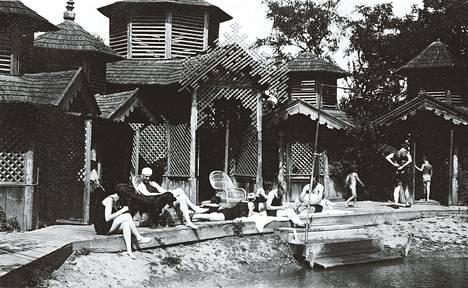 """1900-luvun alussa Ephrussit viettivät kesiä Tšekkoslovakiassa Kövecsesin maaseutuasunnolla. Järvenrannan uimahuoneet oli koristeltu """"maurilaistyylisillä lehtisahauksilla"""". – Kuvat teoksesta Jänis jolla on meripihkan väriset silmät."""