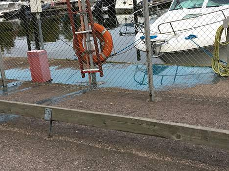 Maalia sisältänyt pesuvesi valui mereen 6. lokakuuta Lohiapajanlahden venesatamassa. Kuva on lukijan ottama