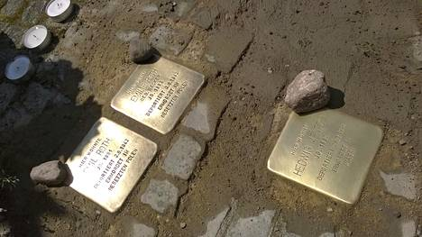 Muistolaattoja katukiveyksellä Berliinissä.
