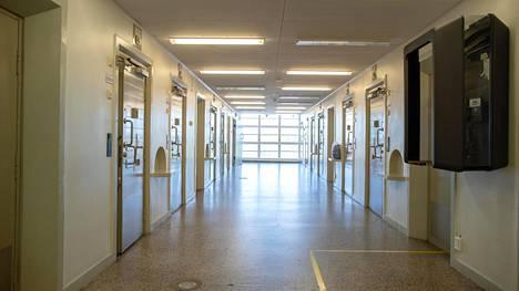 Riihimäen vankilan C3-osasto, joka oli aikaisemmin normaaleja osastoja suljetumpi. Oikeusasiamiehen puututtua asiaan tilanne muuttui ja osastolle sijoitettiin suomalais-, irakilais- ja afrikkalaistaustaisia vankeja.