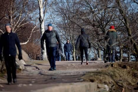 Ulkoilijoita Helsingin Kaivopuistossa koronarajoitusten alkuvaiheessa maaliskuun lopussa.