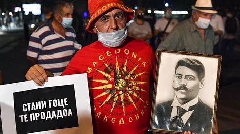 Mies kantoi Gotše Delcevin kuvaa hallituksen vastaisessa mielenosoituksessa Pohjois-Makedonian pääkaupungissa Skopjessa 15. syyskuuta.