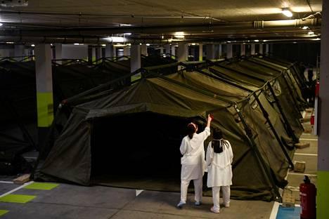 Armeijan erikoisyksikkö rakensi tilapäisiä telttasairaalatiloja yliopistosairaalan parkkihalliin Oviedossa torstaina.