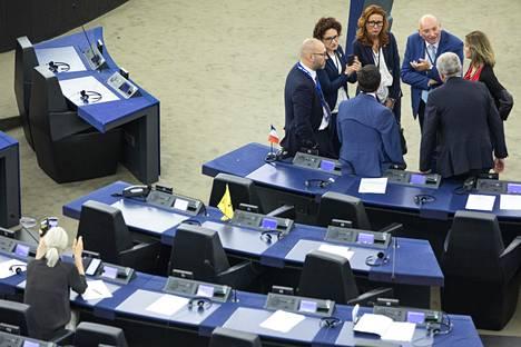 Strasbourgissa äänestettiin keskiviikkona puhemiehistä. Europarlamentaarikot neuvottelivat äänestyskierrosten välissä. Vasemmalla alhaalla Laura Huhtasaari (ps).