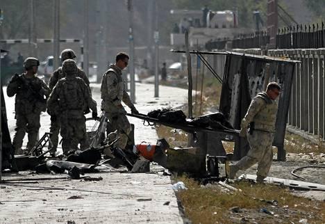 Sotilaat siivosivat itsemurhapommin räjähdyspaikkaa Kabulissa.