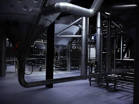 Olvin tehtaan viileässä kellarissa on korkeita tankkeja nelisenkymmentä kappaletta. Kokonaiskäymiskapasiteetti on yhteensä noin 13 miljoonaa litraa.
