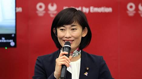 Japanin olympiaministeri Tamayo Marukawa puhui keskiviikon tiedotustilaisuudessa medialle.