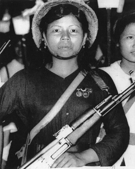 Naisten osuus Pohjois-Vietnamin armeijassa kasvaa. He huolehtivat yleensä vartiotehtävistä.