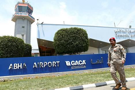 Saudiarabialainen turvallisuusupseeri kuvattuna Abhan kansainvälisellä lentoasemalla huthikapinallisten 12. kesäkuuta tekemän ohjusiskun jälkeen.