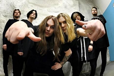 Rock-yhtye Blind Channelin jäsenet vas. Olli Matela, Alex Mattson, Niko Vilhelm, Joel Hokka, Joonas Porko ja Tommi Lalli Helsingissä 22. helmikuuta 2021.