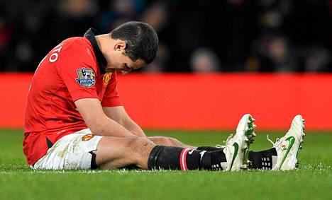 ManUn Javier Hernandez istui ottelun jälkeen pettyneenä nurmella.