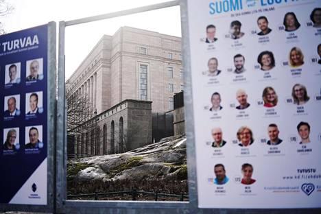 Vaalimainoksia Eduskuntatalon vieressä Helsingissä.