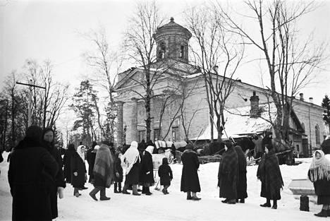 Kirkkokansa poistui jumalanpalveluksesta Skuoritsan kirkosta Inkerissä vuonna 1943.