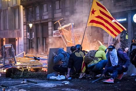 Kataloniaa tukeavat mielenosoittajat ottivat yhteen Espanjan poliisin kanssa eri puolilla Barcelonaa perjantaina. Kuva Urquinaona-aukiolta.