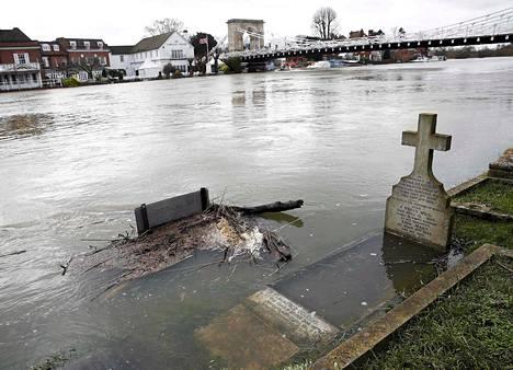 Thames tulvii hautausmaalle Marlowssa Etelä-Englannissa lauantaina.