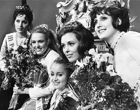 Ohi on. Keskellä valtaistuimellaan vuoden 1970 Miss Suomi Ursula Rainio. Muut vasemmalta oikealle Marja-Leena Kontuniemi, kolmas perintöprinsessa, Hannele Hamara, ensimmäinen perintöprinsessa, Hannele Halme, toinen perintöprinsessa ja Anja Pirilä, neljäs perintöprinsessa.