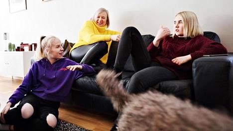 Tomi (vas.), Venla, 15, Laila ja Saana, 17, Tupola nykyisen kotinsa olohuoneessa Etelä-Haagassa. Tupolan perhe muuttaa ensi kuussa Etelä-Haagasta Kamppiin.