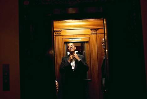 Presidentti Obama hississä matkalla Valkoisen talon asuintiloihin.