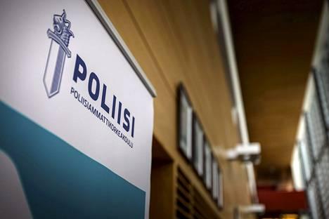 Kuva Poliisiammattikorkeakoulun sisäänkäynnin läheltä Tampereen Hervannassa.