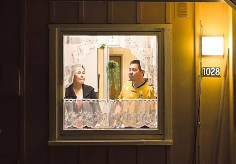 Helle S. Petersen ja Josef Petersen kotinsa keittiössä.