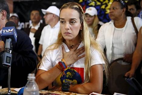Vankilassa olevan oppositiojohtajan Leopoldo Lópezin vaimo Lilian Tintori osallistui lehdistötilaisuuteen Caracasissa viime viikolla. Tintorista on tullut yksi Venezuelan opposition äänitorvista, vaikkei hän olekaan itse ehdolla sunnuntain vaaleissa.