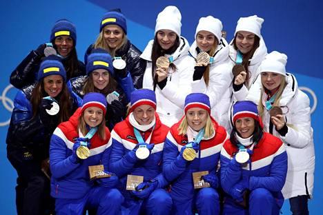 Norja, Ruotsi ja Venäjän olympiaurheilijoiden joukkue juhlivat naisten viestimitaleja.