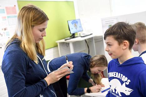 Naisleijonien hyökkääjä Petra Nieminen kirjoitti nimmarin Lev Popoville Suomen naisten jääkiekon A-maajoukkueen kouluvierailulla Päivänkehrän koululla Espoossa 5. huhtikuuta 2019.