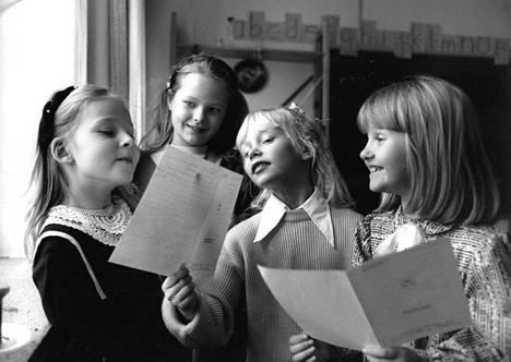 Helsinkiläiset alakoululaiset tutkivat joulutodistuksiaan joulukuussa 1987.