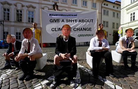 Ympäristöjärjestö Greenpeace osoitti mieltään Donald Trumpin ilmastopolitiikkaa vastaan Yhdysvaltojen suurlähetystön edessä Prahassa maanantaina.