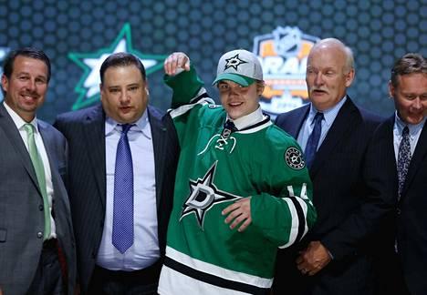 Julius Honka poseerasi Dallas Starsin johtohenkilöiden kanssa NHL:n varaustilaisuudessa Philadelphiassa.