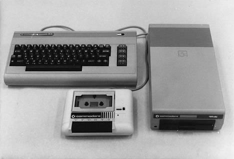 Commodore 64:n klassisin kokoonpano: tietokone, kasettiasema ja levyasema. Näyttönä käytettiin useimmissa kodeissa televisiota.