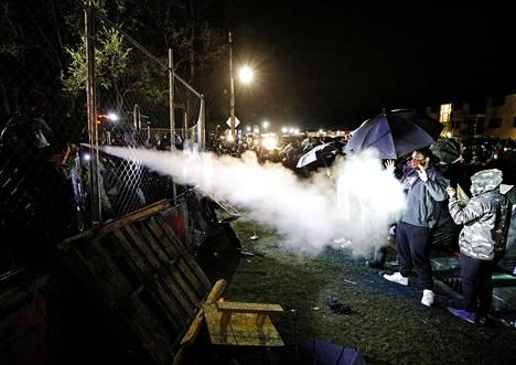 Jo neljä päivää kestäneissä mielenosoituksissa poliisi on käyttänyt muun muassa kyynelkaasua.