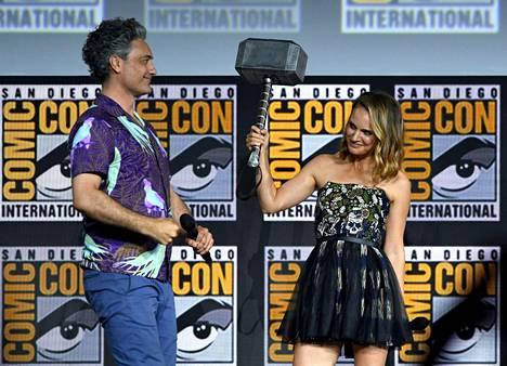Taika Waititi ja Natalie Portman lavalla Comic-Conissa San Diegossa lauantaina.