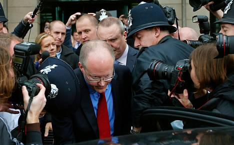 BBC:n entinen pääjohtaja George Entwistle käveli sankan toimittajajoukon ohi lokakuussa mennessään parlamentin kuulemiseen. Hän erosi tehtävistään lauantaina.