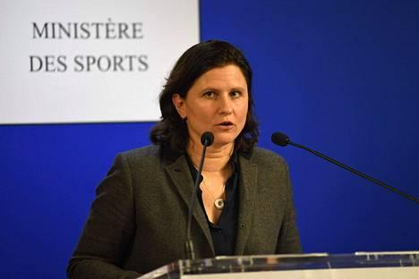 Ranskan urheiluministeri Roxana Maracineanu vaatii taitoluisteluliiton puheenjohtajan eroa maata kuohuttaneen hyväksikäyttöskandaalin vuoksi.