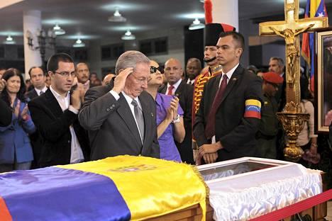 Kuuban presidentti Raul Castro jätti hyvästit edesmenneen Chávezin arkulla.