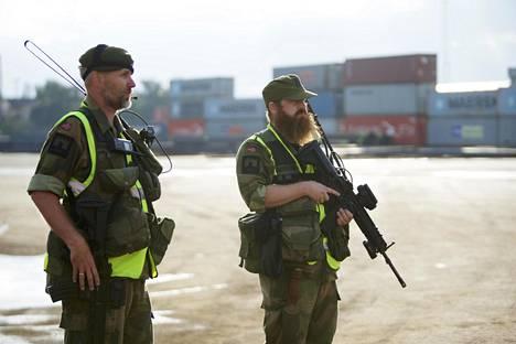 Norjan kodinturvajoukot vartioivat Borgin satamassa Trident Juncture harjoitukseen saapuvaa materiaalia.