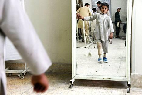 Poika harjoitteli kävelemistä jalkaproteesilla Punaisen Ristin kansainvälisen komitean sairaalassa Jalalabadissa Afganistanissa.