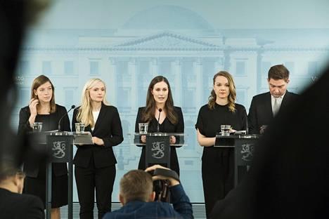 Sanna Marinin uusi hallitus piti tiedotustilaisuuden joulukuussa Valtioneuvoston linnassa. Kuvassa vasemmistoliiton Li Andersson (vas.), Maria Ohisalo (vihr), Sanna Marin (sd), Katri Kulmuni (kesk) ja Thomas Blomqvist (r).