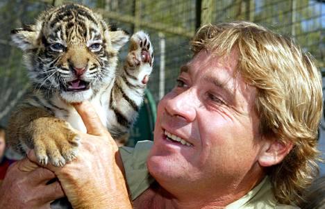 Luontodokumenteistaan tunnettu Steve Irwin kuvattiin tiikerinpennun kanssa Mogo Zoo -eläintarhassa Australiassa vuoden 2004 huhtikuussa.