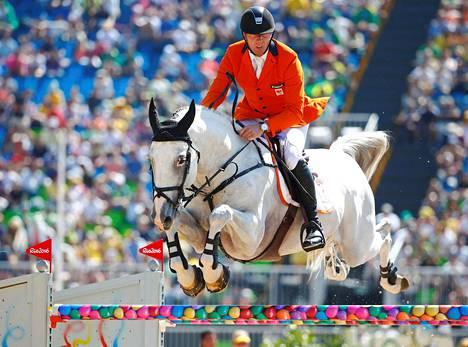 Hollannin Jur Vrieling ja hänen ratsukkonsa Zirocco Blue.