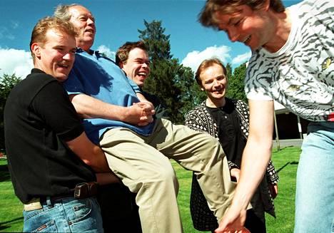 Juha Nikkola ja Hannu Lintu kantoivat professori Jorma Panulaa kultatuolissa ennen tämän 70-vuotisjuhlia kesällä 2000. Mukana myös Tuomas Hannikainen (silloin Ollila) ja Esa-Pekka Salonen.