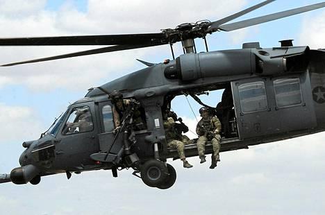 Maahan syöksynyt sotilaskopteri oli Sikorsky HH-60 Pave Hawk -tyyppinen. Arkistokuva vastaavasta kopterista vuodelta 2010.