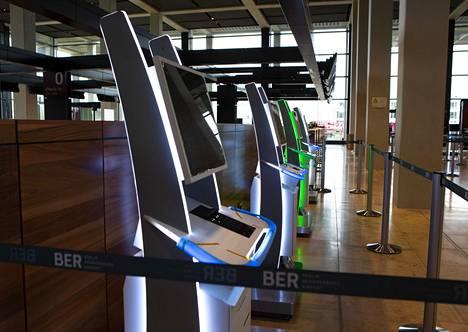 Lentoasemalla on paljon itsepalveluautomaatteja.