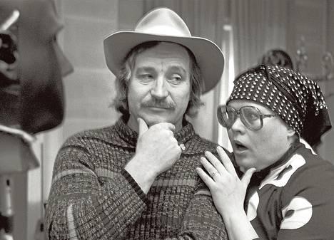 Happy End -kuunnelmassa vuodelta 1980 näyttelevät muun muassa Ossi Ahlapuro ja Tuula Nyman.