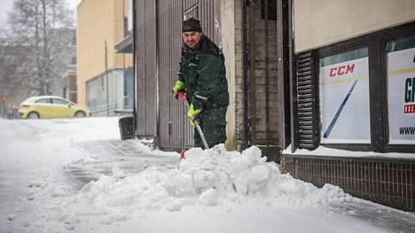 Bekim Aliu teki lumitöitä Hapelähteenkadulla Kuopiossa perjantaina.